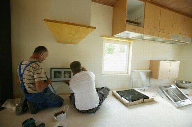 Fejtetőre állított ház - készül a konyha