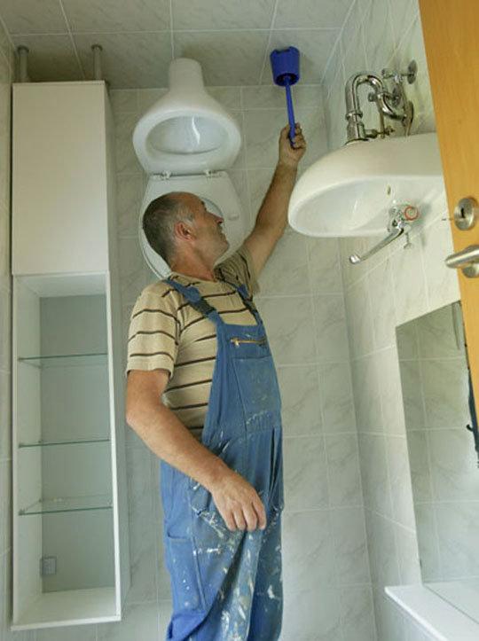 Fejtetőre állított ház - készül a wc