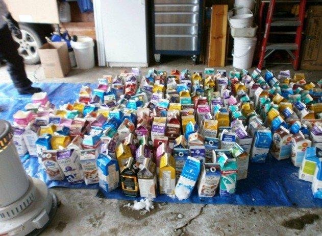 szivárvány színű iglu tejes dobozokból - a jéggé fagyott tejes dobozok