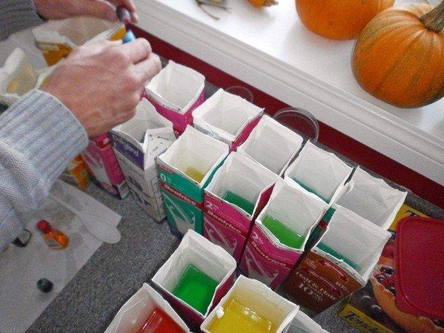 szivárvány színű iglu tejes dobozokból - megtöltjük a színes folyadékkal