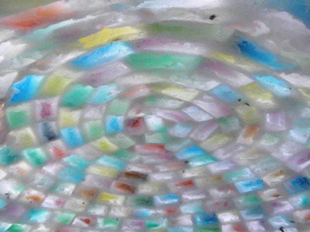 szivárvány színű iglu tejes dobozokból - belülről a teteje