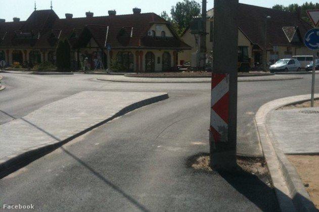 villanyoszlop az út közepén - Lakitelek körforgalom az oszlop