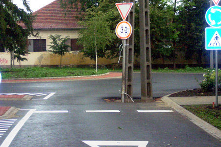 villanyoszlop az út közepén - Püspökladány körforgalom - az oszlop