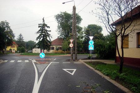 villanyoszlop az út közepén - Püspökladány körforgalom