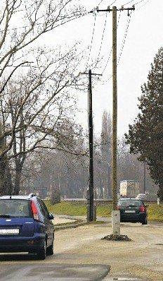 villanyoszlop az út közepén - Balatonkenese