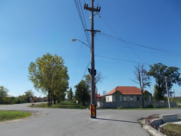 villanyoszlop az út közepén - Nagyszalonta