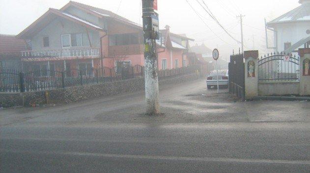 villanyoszlop az út közepén - Románia