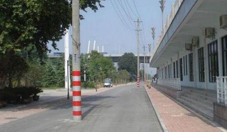 villanyoszlop az út közepén - Kína