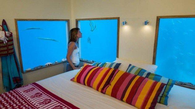 hotelszoba-a-vizen-viz-alatti-haloszobaval-08