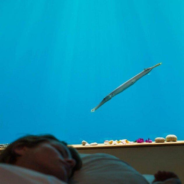 hotelszoba-a-vizen-viz-alatti-haloszobaval-09